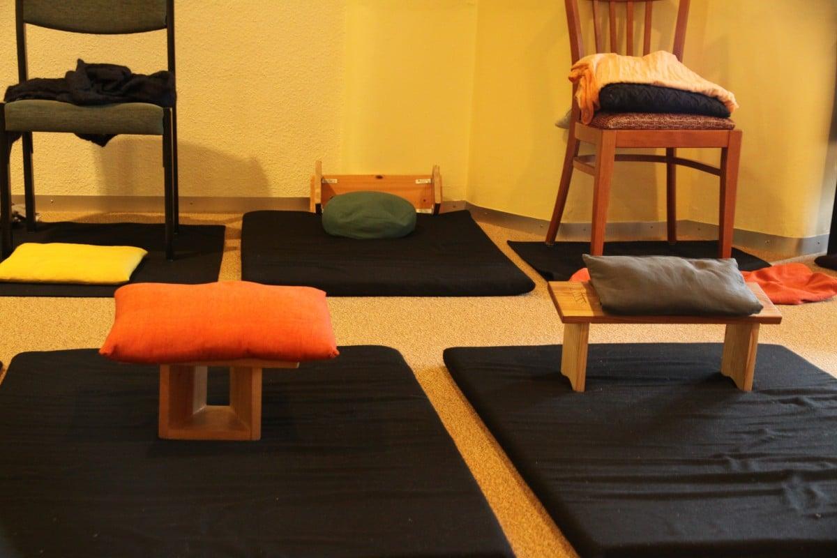 Relax More - Verschillende zelfgemaakt meditatiebankjes.