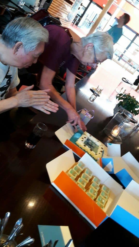 Relax More - Maartje van Staalduijnen snijdt de taart aan ter gelegenheid van de 25e keer dat zij de workshop van William Chen in Nederland organiseerde