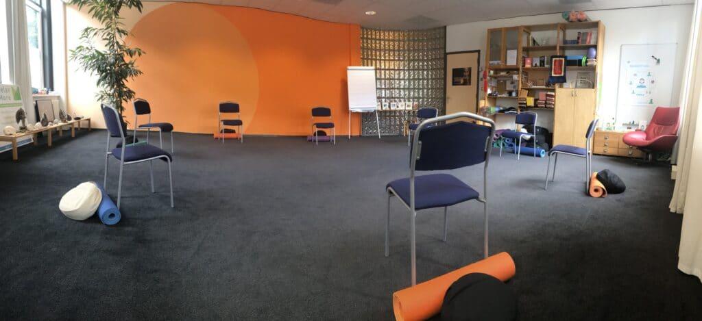 In onze mooie ruimte kunnen met gemak 7 deelnemers mét anderhalve meter ruimte hun MBSR-/mindfulnesstraining volgen.